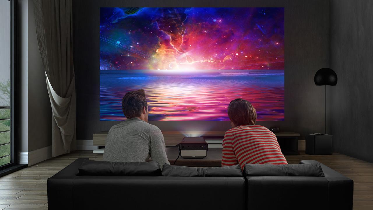 Máy chiếu thông minh xem bóng đá tại nhà