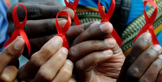 ải băng đỏ là biểu tượng toàn cầu cho tình đoàn kết với những người nhiễm HIV và những người bị bệnh AIDS.