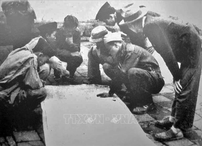 Ban chỉ huy Trung đoàn Thủ đô (sau thuộc Sư đoàn 308-Đại đoàn Quân Tiên phong) bàn kế hoạch tác chiến trong những ngày Toàn quốc kháng chiến. Sau 9 năm, cũng chính những người lính của Trung đoàn đã trở về tiếp quản Thủ đô giải phóng (10/10/1954) trong tư thế những người chiến thắng. Ảnh: Tư liệu/TTXVN phát