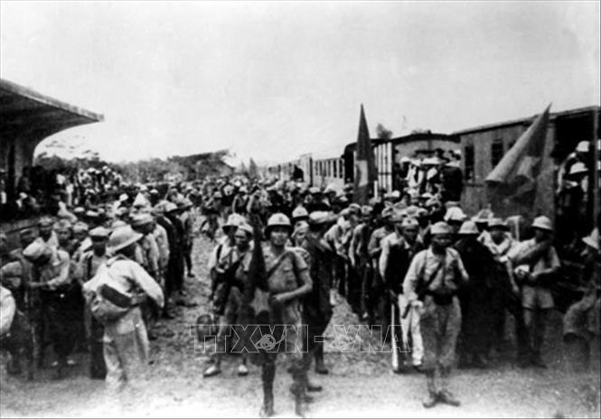 Ngày 26/9/1945, tại ga Hàng Cỏ, đoàn quân Nam tiến đầu tiên rời Hà Nội vào chi viện cho miền Nam, mở đầu cho phong trào Nam tiến, cả nước sát cánh cùng đồng bào Nam bộ và Nam Trung bộ đánh giặc cứu nước. Ảnh: Tư liệu/TTXVN phát