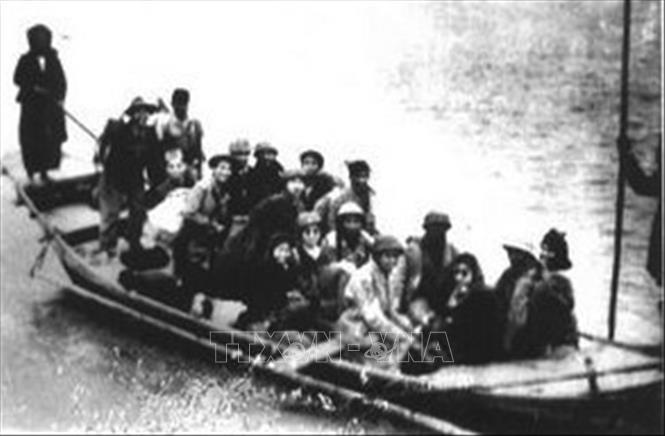 Đêm 17, rạng sáng 18/2/1947, lực lượng của Trung đoàn Thủ đô chia thành từng đơn vị nhỏ cùng nhân dân Liên khu phố I lặng lẽ đi dưới gầm cầu Long Biên, vượt sông Hồng, sông Đuống, bí mật vượt qua vòng vây an toàn lên chiến khu, kết thúc 60 ngày đêm giam chân quân Pháp trong lòng Hà Nội. Ảnh: Tư liệu/TTXVN phát