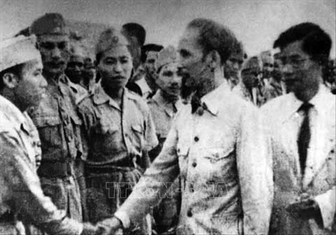 """Chủ tịch Hồ Chí Minh đến thăm một đơn vị """"quyết tử"""" của Hà Nội đầu năm 1947. Ảnh: Tư liệu/TTXVN phát"""